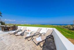 Зона отдыха у бассейна. Кипр, Каппарис : Роскошная вилла с потрясающим видом на море, с 5-ю спальнями, сауной, с бассейном и патио с барбекю