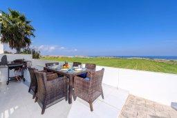 Обеденная зона. Кипр, Каппарис : Роскошная вилла с потрясающим видом на море, с 5-ю спальнями, сауной, с бассейном и патио с барбекю