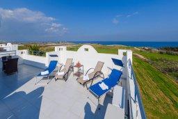 Терраса. Кипр, Каппарис : Роскошная вилла с потрясающим видом на море, с 5-ю спальнями, сауной, с бассейном и патио с барбекю