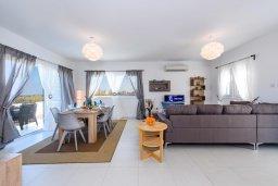 Гостиная. Кипр, Каппарис : Роскошная вилла с потрясающим видом на море, с 5-ю спальнями, сауной, с бассейном и патио с барбекю