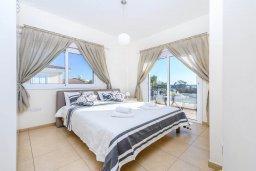 Спальня. Кипр, Центр Айя Напы : Шикарная вилла с 4-мя спальнями, с бассейном и большим двориком с патио и барбекю