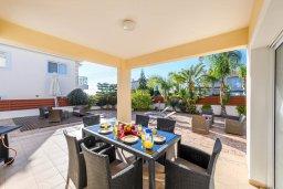 Обеденная зона. Кипр, Центр Айя Напы : Шикарная вилла с 4-мя спальнями, с бассейном и большим двориком с патио и барбекю
