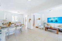 Гостиная. Кипр, Коннос Бэй : Шикарная вилла с 3-мя спальнями, с зелёным садом, с бассейном и тенистой террасой с патио и барбекю, расположена на первой линии моря в районе мыса Cape Greco
