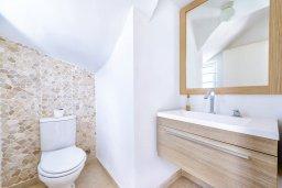 Ванная комната 3. Кипр, Коннос Бэй : Шикарная вилла с 3-мя спальнями, с зелёным садом, с бассейном и тенистой террасой с патио и барбекю, расположена на первой линии моря в районе мыса Cape Greco