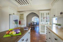 Кухня. Кипр, Санрайз Протарас : Изысканная вилла с 5-ю спальнями, с большим бассейном, зелёной территорией с барбекю и беседкой