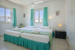 Спальня. Кипр, Коннос Бэй : Прекрасный апартамент с большой гостиной, двумя спальнями, двумя ванными комнатами и балконом