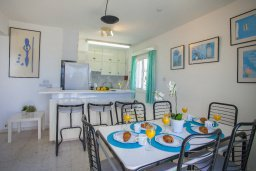 Обеденная зона. Кипр, Коннос Бэй : Прекрасный апартамент с большой гостиной, двумя спальнями, двумя ванными комнатами и балконом