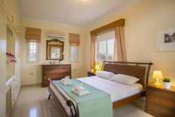 Спальня. Кипр, Центр Айя Напы : Потрясающая вилла с 4-мя спальнями, просторным зелёным садом с беседкой и традиционной глиняной печью