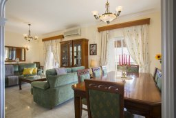 Гостиная. Кипр, Центр Айя Напы : Потрясающая вилла с 4-мя спальнями, просторным зелёным садом с беседкой и традиционной глиняной печью