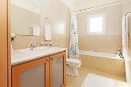 Ванная комната. Кипр, Коннос Бэй : Прекрасная вилла с видом на море, с 3-мя спальнями, с бассейном, расположена недалеко от пляжа Mimosa