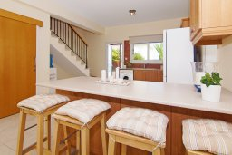 Обеденная зона. Кипр, Коннос Бэй : Прекрасная вилла с видом на море, с 3-мя спальнями, с бассейном, расположена недалеко от пляжа Mimosa