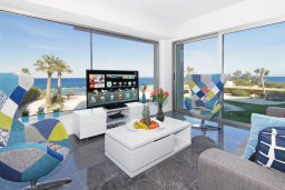 Гостиная. Кипр, Каво Марис Протарас : Шикарный апартамент в 100 метрах от пляжа, с тремя спальнями, двумя ванными комнатами и балконом с шикарным видом на море