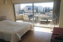 Спальня. Кипр, Центр Лимассола : Апартамент в 20 метрах от пляжа, с гостиной, отдельной спальней и балконом