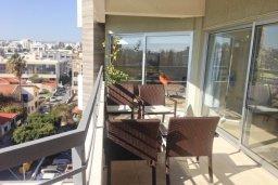 Балкон. Кипр, Центр Лимассола : Апартамент в 20 метрах от пляжа, с гостиной, отдельной спальней и балконом