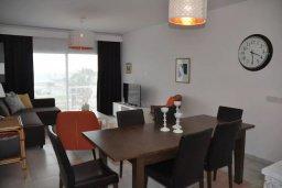 Обеденная зона. Кипр, Пернера : Апартамент в комплексе с бассейном, в 100 метрах от пляжа, с гостиной, тремя спальнями, двумя ванными комнатами и двумя балконами с видом на море