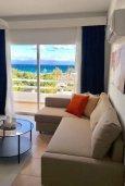 Гостиная. Кипр, Пернера : Апартамент в комплексе с бассейном, в 100 метрах от пляжа, с гостиной, тремя спальнями, двумя ванными комнатами и двумя балконами с видом на море