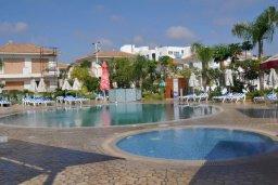 Бассейн. Кипр, Пернера : Апартамент в комплексе с бассейном, в 100 метрах от пляжа, с гостиной, тремя спальнями, двумя ванными комнатами и двумя балконами с видом на море