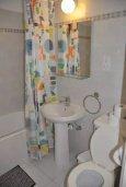 Ванная комната. Кипр, Пернера : Апартамент в комплексе с бассейном, c гостиной, двумя спальнями, двумя ванными комнатами и балконом с видом на море