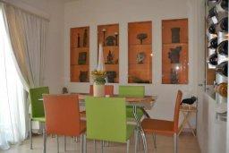 Обеденная зона. Кипр, Центр Айя Напы : Апартамент с гостиной, двумя спальнями и патио