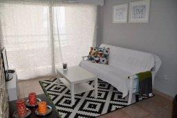 Гостиная. Кипр, Ларнака город : Апартамент с гостиной, отдельной спальней и балконом с видом на море