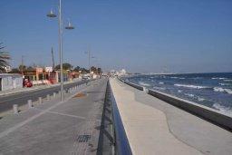 Кипр, Ларнака город : Апартамент с гостиной, отдельной спальней и балконом с видом на море