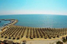 Ближайший пляж. Кипр, Ларнака город : Апартамент с гостиной, отдельной спальней и балконом с видом на море