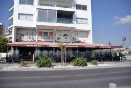 Фасад дома. Кипр, Ларнака город : Студия с телевизором, кондиционером и видом на море