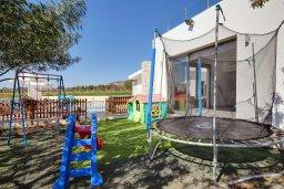 Детская площадка. Кипр, Корал Бэй : Роскошная вилла с 5-ю спальнями, с видом на море, с бассейном, детской площадкой и зелёной территорией с патио и барбекю