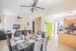 Обеденная зона. Кипр, Коннос Бэй : Уютная вилла с 3-мя спальнями, с бассейном и просторным двориком с патио и барбекю
