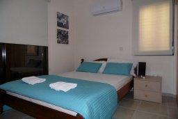 Спальня. Кипр, Ионион - Айя Текла : Прекрасная вилла с общим бассейном, с 4-мя спальнями, с тенистой террасой с патио и барбекю