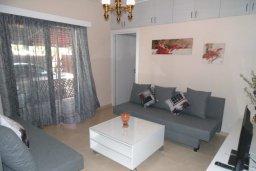 Гостиная. Кипр, Центр Айя Напы : Восхитительный апартамент в комплексе с бассейном, с большой гостиной, двумя отдельными спальнями, частным двориком с патио и барбекю