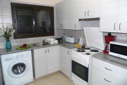Кухня. Кипр, Центр Айя Напы : Восхитительный апартамент в комплексе с бассейном, с большой гостиной, двумя отдельными спальнями, частным двориком с патио и барбекю
