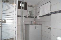 Ванная комната. Кипр, Центр Айя Напы : Восхитительный апартамент в комплексе с бассейном, с большой гостиной, двумя отдельными спальнями, частным двориком с патио и барбекю
