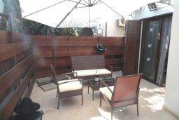 Патио. Кипр, Центр Айя Напы : Восхитительный апартамент в комплексе с бассейном, с большой гостиной, двумя отдельными спальнями, частным двориком с патио и барбекю