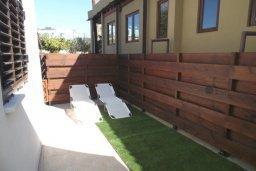 Территория. Кипр, Центр Айя Напы : Восхитительный апартамент в комплексе с бассейном, с большой гостиной, двумя отдельными спальнями, частным двориком с патио и барбекю