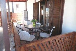 Обеденная зона. Кипр, Центр Айя Напы : Восхитительный апартамент в комплексе с бассейном, с большой гостиной, двумя отдельными спальнями, частным двориком с патио и барбекю