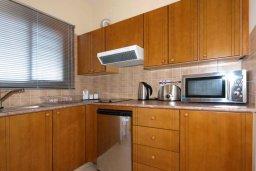 Кухня. Кипр, Центр Лимассола : Апартамент в 50 метрах от пляжа, с гостиной, отдельной спальней и балконом
