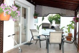 Терраса. Кипр, Декелия - Ороклини : Двухэтажная вилла с двориком недалеко от пляжа, 3 спальни, 2 ванные комнаты, Wi-Fi