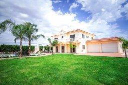 Фасад дома. Кипр, Нисси Бич : Роскошная вилла с 5-ю спальнями, с бассейном, зелёным двориком, патио, джакузи и барбекю
