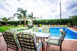 Зона отдыха у бассейна. Кипр, Нисси Бич : Роскошная вилла с 5-ю спальнями, с бассейном, зелёным двориком, патио, джакузи и барбекю