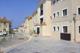 Фасад дома. Кипр, Каппарис : Апартамент с гостиной, тремя спальнями, двумя ванными комнатами и балконом, в комплексе с общим бассейном, Spa-центром и тренажерным залом