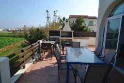 Терраса. Кипр, Пернера Тринити : Прекрасная вилла с 2-мя спальнями, с бассейном и зелёным двориком, с тенистой террасой с патио и барбекю, расположена в 600 метрах от пляжа Trinidad beach