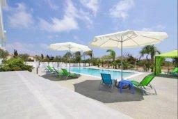 Зона отдыха у бассейна. Кипр, Нисси Бич : Современная вилла с 4-мя спальнями, с бассейном, зелёной территорией и патио, расположена в 200 метрах от пляжа