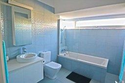 Ванная комната 2. Кипр, Нисси Бич : Современная вилла с 4-мя спальнями, с бассейном, зелёной территорией и патио, расположена в 200 метрах от пляжа