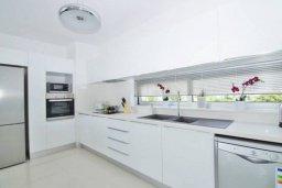 Кухня. Кипр, Нисси Бич : Современная вилла с 4-мя спальнями, с бассейном, зелёной территорией и патио, расположена в 200 метрах от пляжа