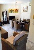 Гостиная. Кипр, Айос Тихонас Лимассол : Прекрасная вилла с бассейном и зеленым двориком, 3 спальни, 3 ванные комнаты, барбекю, парковка, Wi-FI