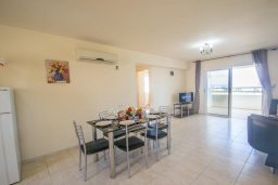 Обеденная зона. Кипр, Коннос Бэй : Просторный апаратмент с гостиной, двумя спальнями и балконом с видом на море