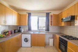 Кухня. Кипр, Коннос Бэй : Просторный апаратмент с гостиной, двумя спальнями и балконом с видом на море