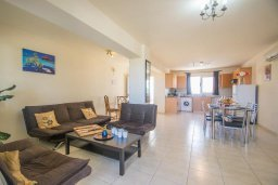 Гостиная. Кипр, Коннос Бэй : Просторный апаратмент с гостиной, двумя спальнями и балконом с видом на море