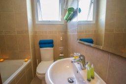 Ванная комната. Кипр, Каппарис : Апартамент с 2-мя спальнями и балконом, в комплексе с бассейном и детской площадкой